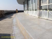 Гидроизоляция посыпается песком для лучшей адгезии с плиткой